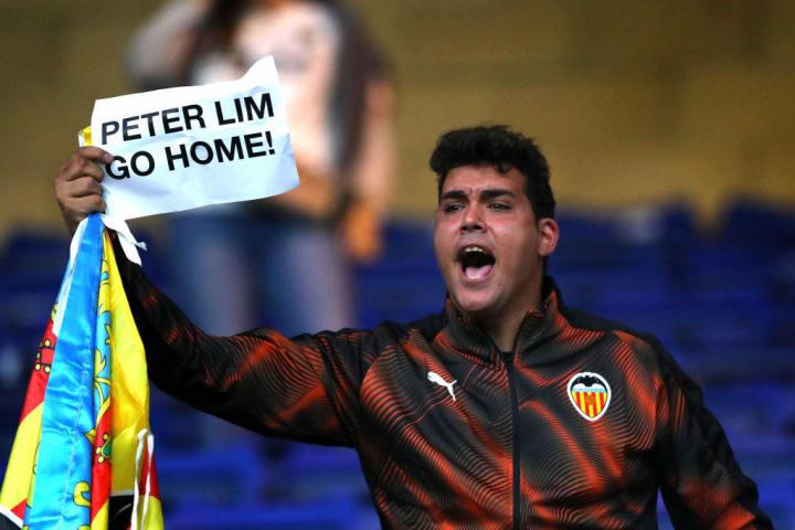 Pengalaman buruk di Malaga dan Valencia membuat suporter di Spanyol waspada terhadap investasi asing.