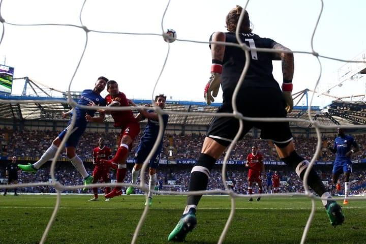 Giroud outjumps Dejan Lovren to score