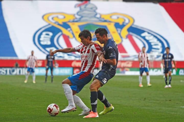 José Juan Macías protege el balón ante la marca de un rival.