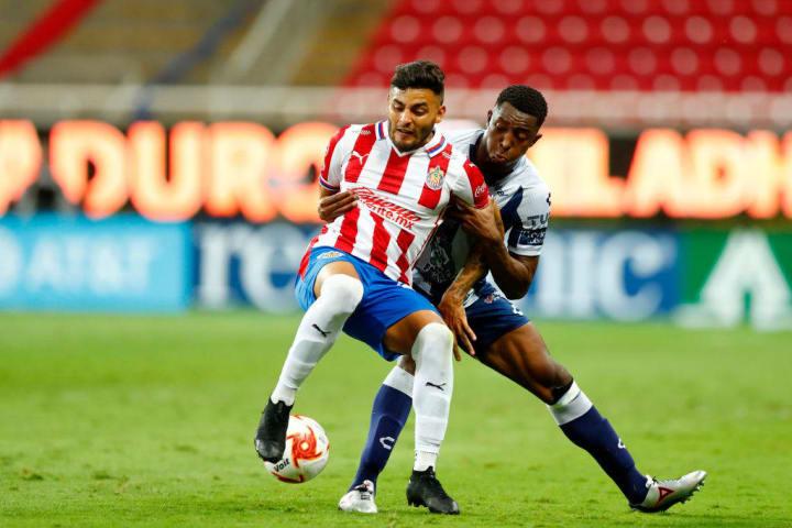 Alexis Vega pelea un balón ante un defensa de Pachuca.