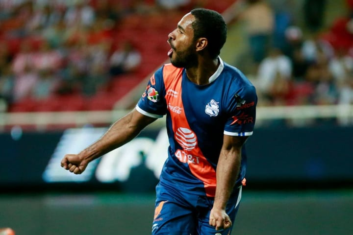 Brayan Angulo celebra un gol conseguido en partido entre Puebla y Chivas del Guadalajara.