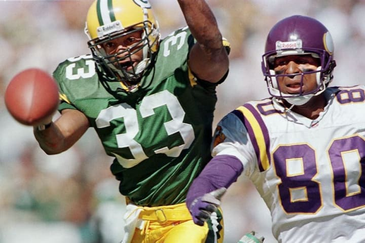 Former Packers defensive back Doug Evans breaks up a pass.