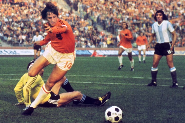 Dutch midfielder Johann Cruyff dribbles
