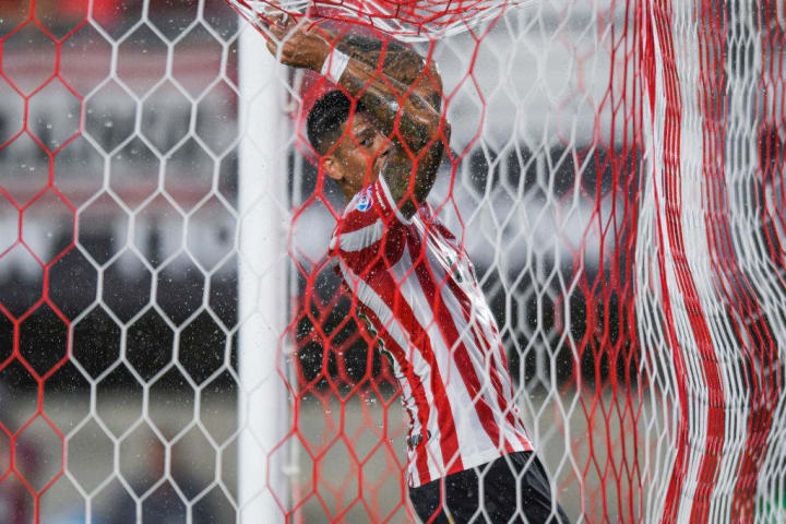Marcos Rojo quiere seguir en Estudiantes, pero debe volver a Manchester United.