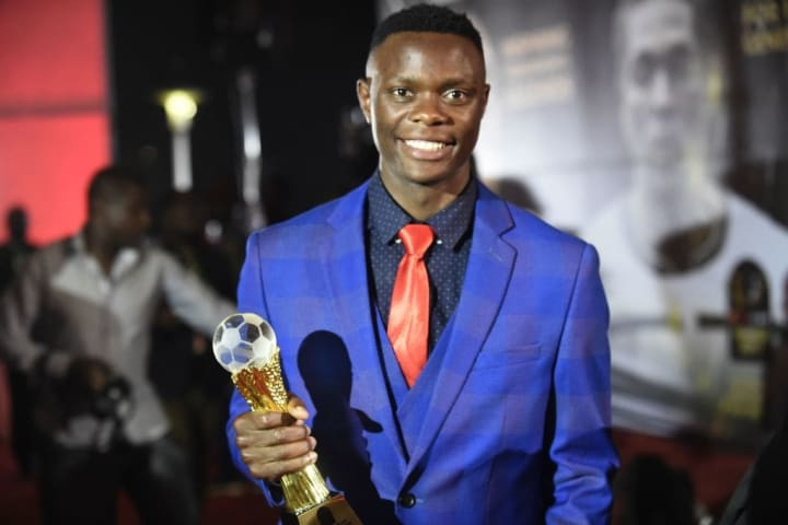 Daka with the CAF Young Player of the Year award.