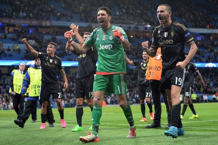 Buffon merayakannya dengan rekan satu timnya
