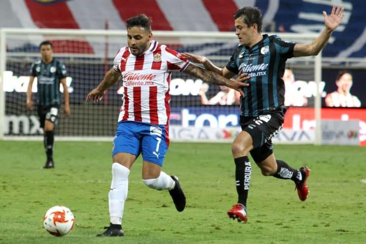 Alexis Vega controla el balón ante la marca de un jugador de Querétaro.