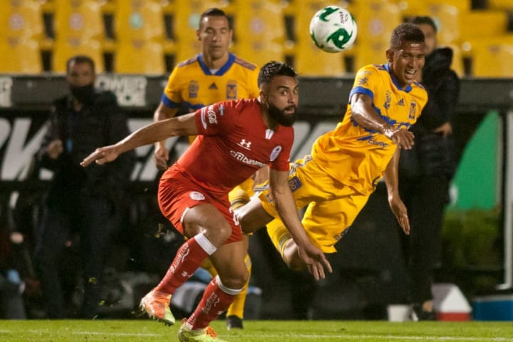 Alexis Canelo pelea el balón ante un jugador de Tigres UANL.