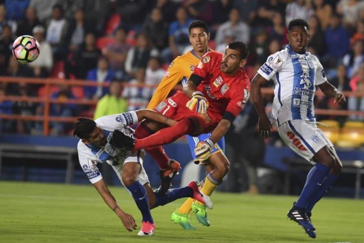 Uno de los arqueros con los que más chispas se sacó Jara fue Nahuel Guzmán. Aquí en una puja por el balón en la que el arquero impacta al delantero.