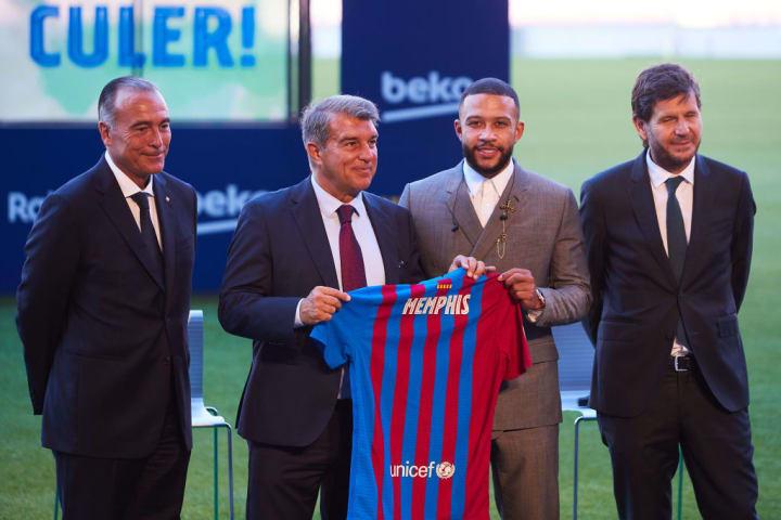 Memphis Depay was at Camp Nou.  presented