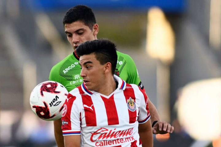 Fernando Beltrán controla un balón en partido entre Chivas del Guadalajara y FC Juárez.