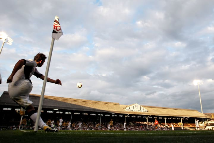 Simon Davies whipping in a corner at Craven Cottage