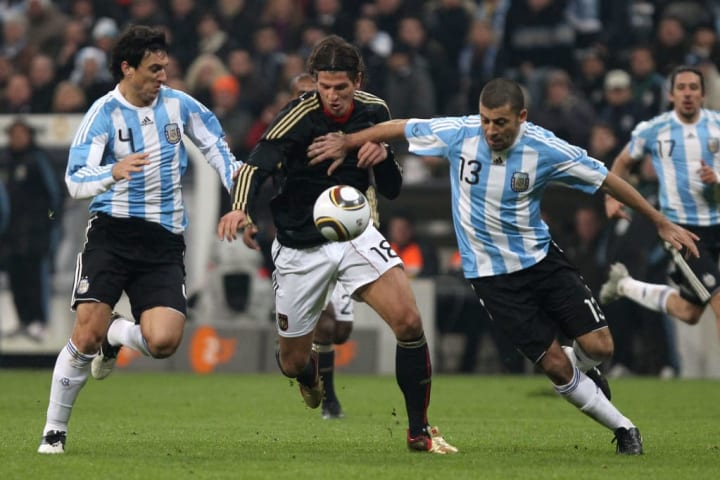 Nicolás Burdisso y Walter Samuel en un amistoso frente a Alemania en la previa al Mundial de Sudáfrica 2010. El equipo argentino ganó 1-0 (Higuaín).