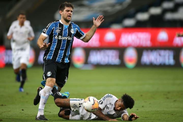 Walter Kannemann face à Santos avec Gremio.
