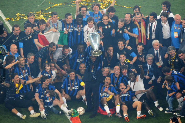 Inter Milan's team celebrates with the t