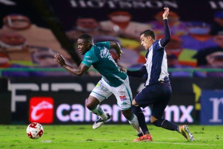 Rogelio Funes Mori pelea un balón ante un jugador del Club León.