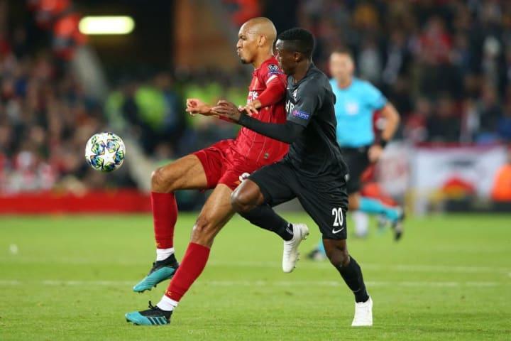 Patson Daka face à Fabinho à Anfield.