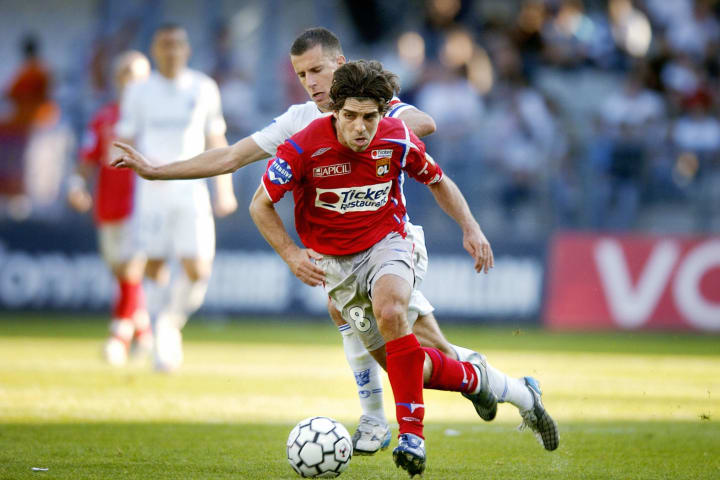 Lyon's Brazilian midfielder Juninho (C)...