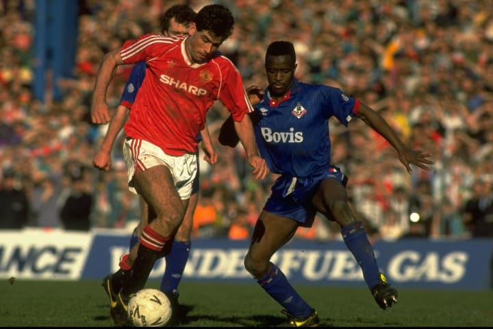 Neil Webb of Manchester United and Earl Barrett of Oldham