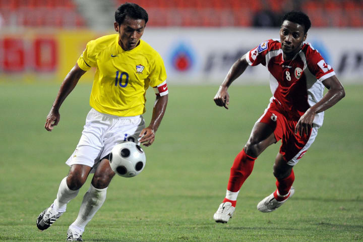 Oman's Player Ahmed Hadid (R) vies for t