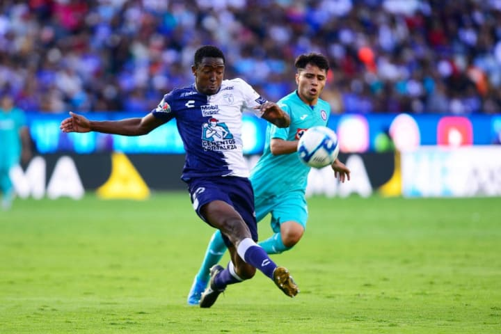 Murillo controla el balón ante la marca de Domínguez.