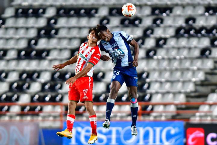 Oscar Murillo pelea un balón por los aires.