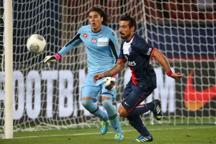 Guillermo Ochoa y Ezequiel Lavezzi, Paris Saint-Germain FC v AC Ajaccio - Ligue 1