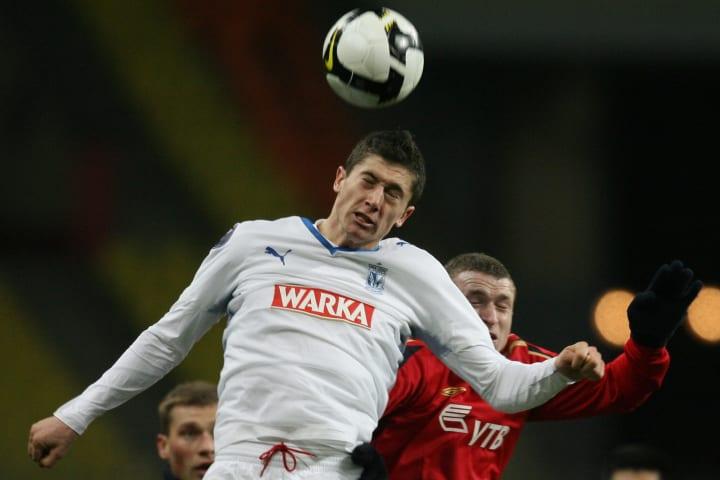 Pavel Mamaev (Kanan) dari CSKA Moscow bersaing