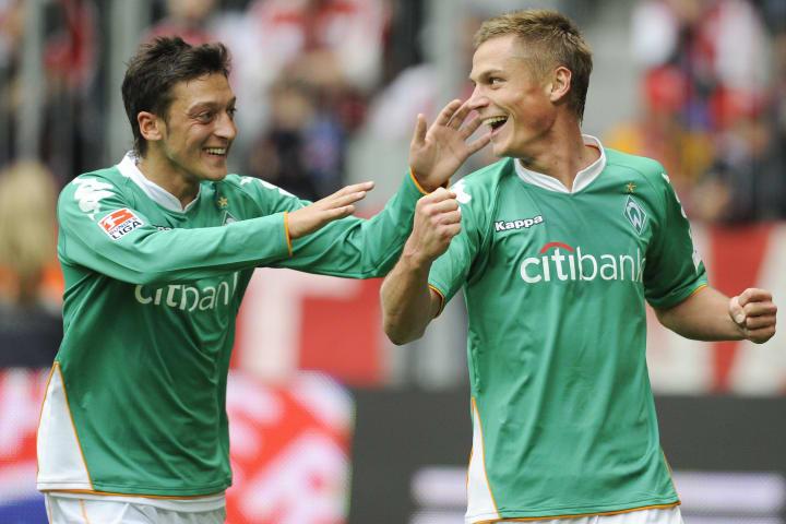 Two-Men-Show: Mesut Özil und Markus Rosenberg spielten Klinsmanns Bayern schwindelig