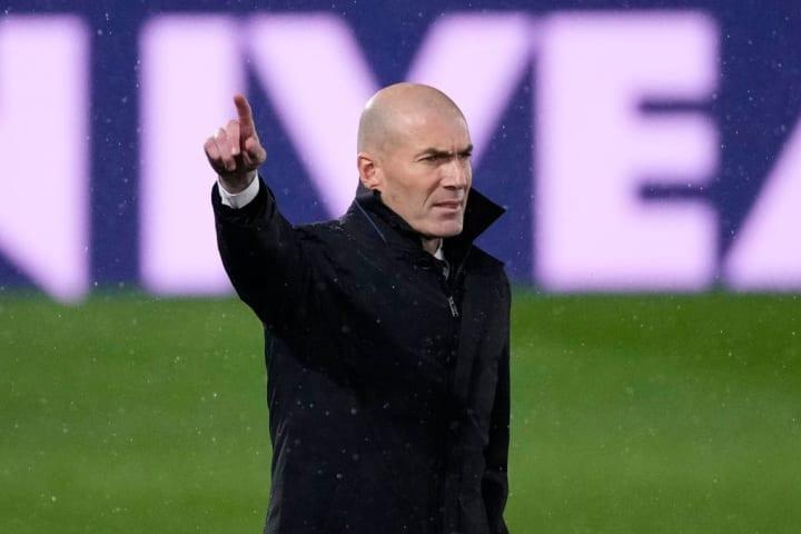 Zinedine Zidane mungkin akan mengejar striker untuk menggantikan Karim Benzema