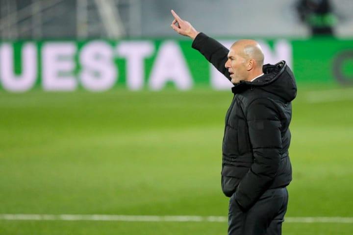 Zidane volvió a tardar en hacer los cambios