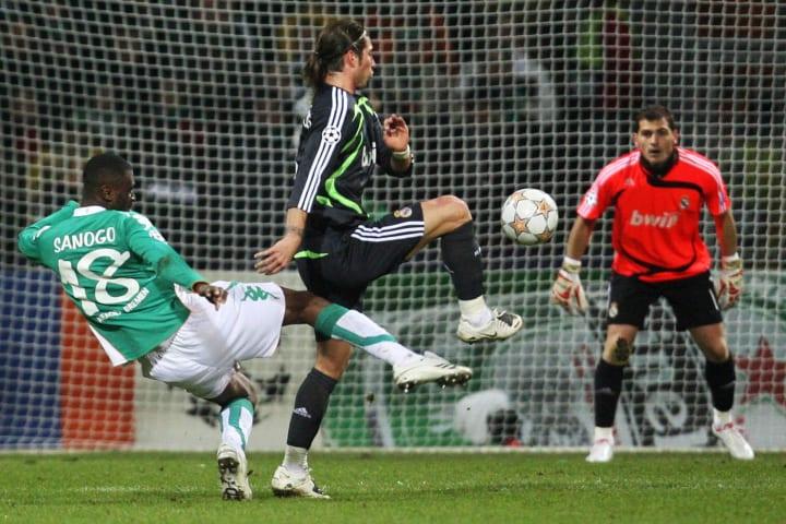 Sanogo setzt sich mit perfektem Volleyschuss gegen Ramos und Torwart Casillas durch
