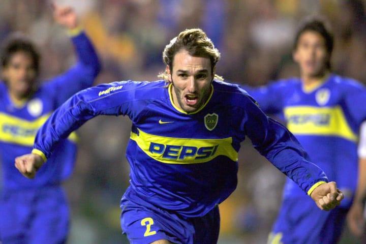 Rolando Schiavi (C) of Boca Juniors cele