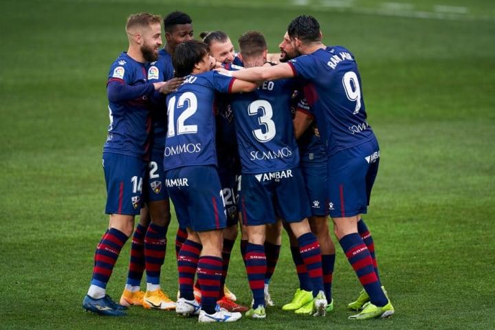 La célébration des joueurs de Huesca après l'ouverture du score de Javi Galán.