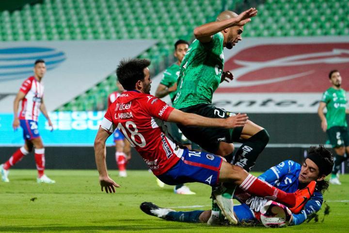 Jugadores de Santos Laguna y Atletico San Luis pelean un balón.
