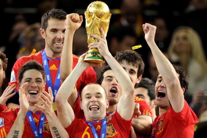 Spain's midfielder Andres Iniesta (C) ra