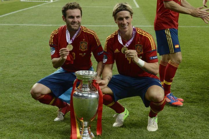 Spanish forward Juan Mata (L) and forwar