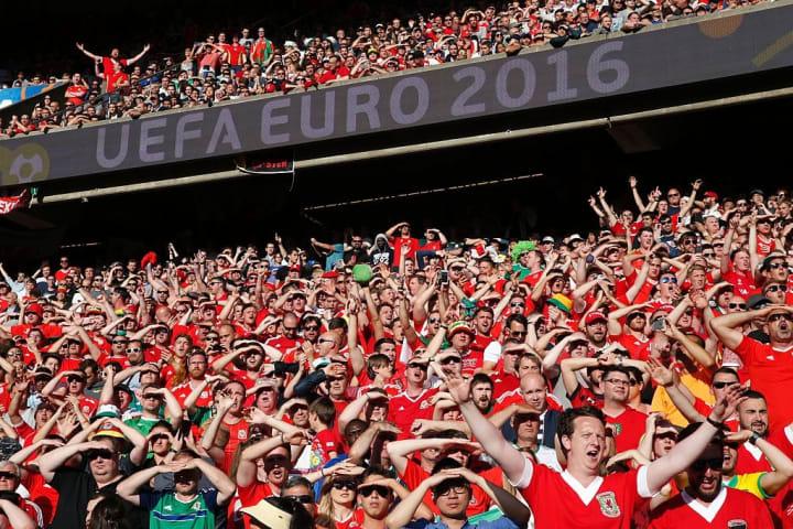 TOPSHOT-FBL-EURO-2016-MATCH38-WAL-NIR-FANS