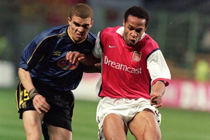 Valérien Ismaël et Thierry Henry au duel lors de la demi-finale aller de la Coupe UEFA 1999-2000