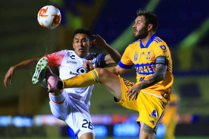 André Pierre Gignac pelea un balón ante un jugador del Atlas.