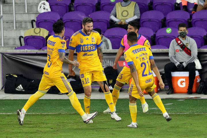 Jugadores de los Tigres UANL celebran un gol.