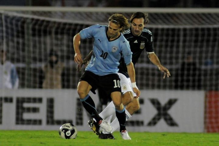 Schiavi jugando frente a Uruguay en un partido clave para clasificar al Mundial 2010