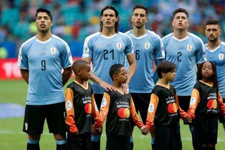 Jugadores uruguayo mientras suena el himno nacional
