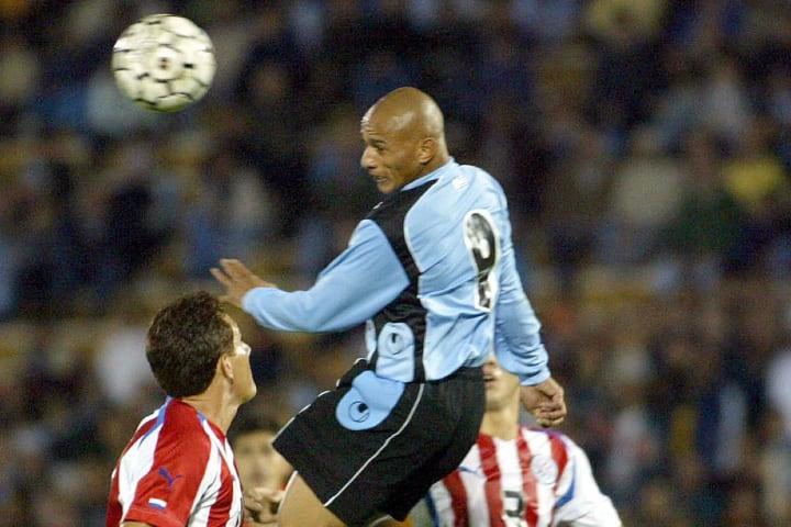 Uruguayan Dario Silva heads the ball sur