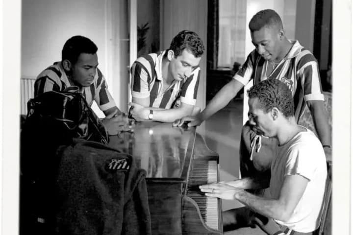 Pelé tocando piano musica