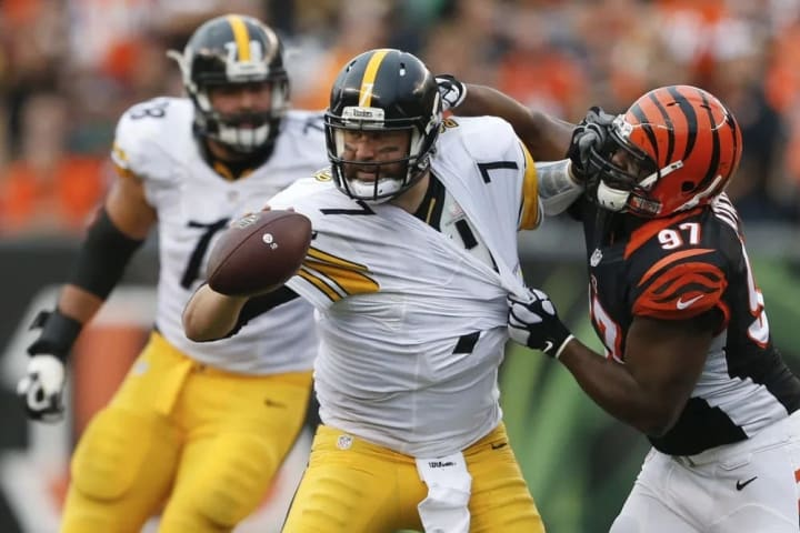 Pittsburgh Steelers quarterback Ben Roethlisberger (7) looks to throw a short toss under pressure from Cincinnati Bengals defensive tackle Geno Atkins