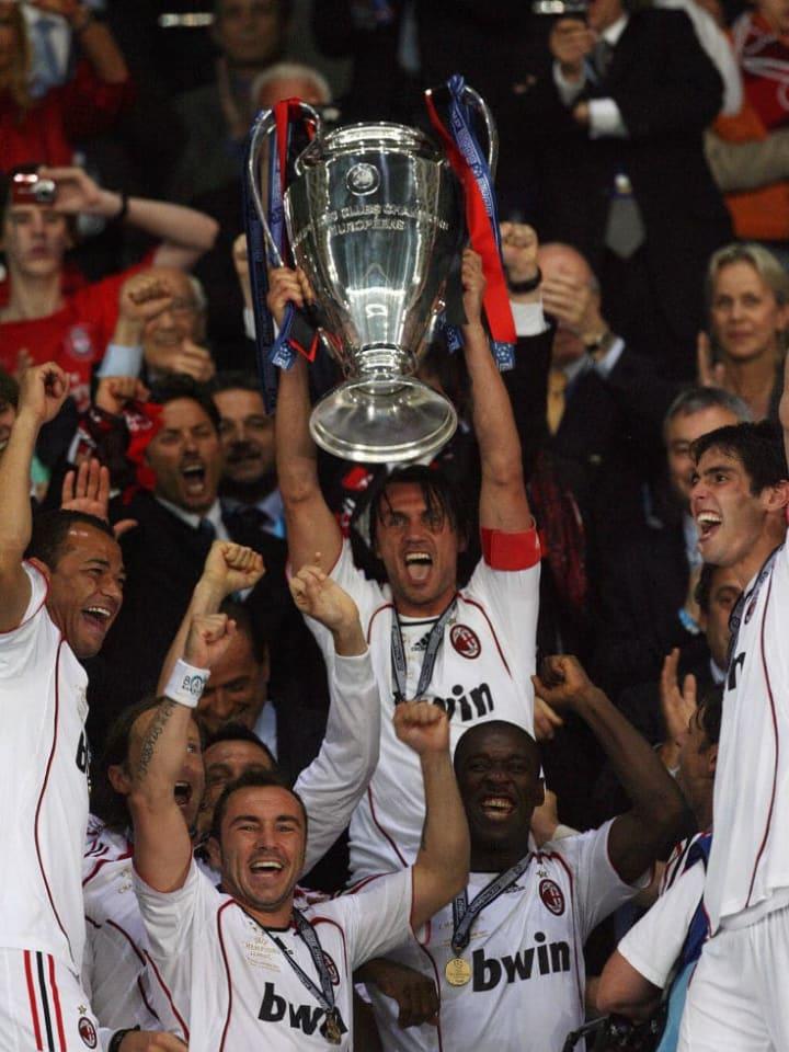 AC Milan's defender Paolo Maldini (C) li...