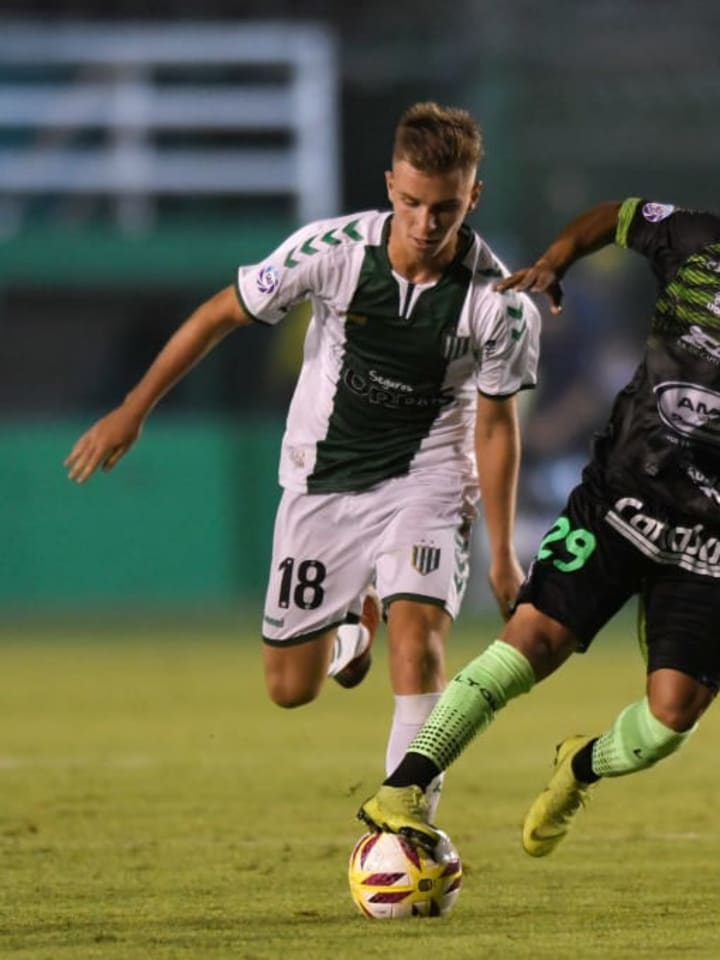 Defensa y Justicia v Banfield - Superliga 2018/19 - Galoppo pelea la pelota.