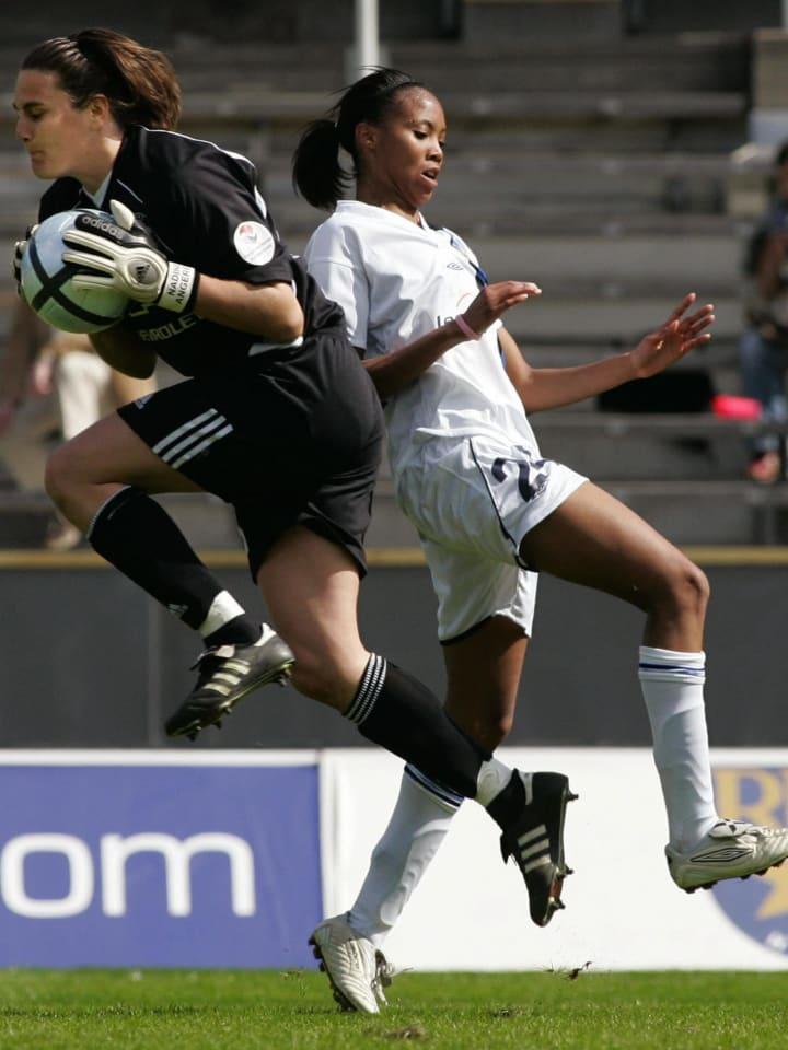 Goalkeeper Nadine Angerer (L) of German