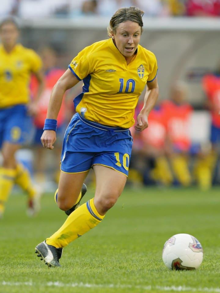 Hanna Ljungberg advances the ball